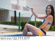 Молодая красивая женщина в наушниках с моделью самолета у бассейна. Стоковое фото, фотограф Дмитрий Травников / Фотобанк Лори