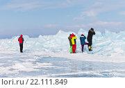 Группа иностранных туристов фотографирует большие торосы на Байкале (2016 год). Редакционное фото, фотограф Виктория Катьянова / Фотобанк Лори
