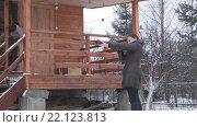 Женщина стреляет из ружья по мишени. Стоковое видео, видеограф Евгений Пивоваров / Фотобанк Лори