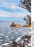 Купить «Байкал в марте. Вид сверху на ледовый покров в Хужирском заливе и скалу Шаманку», фото № 22124829, снято 7 марта 2016 г. (c) Виктория Катьянова / Фотобанк Лори