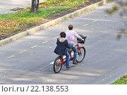 Купить «Семейная пара на велосипеде-тандеме», эксклюзивное фото № 22138553, снято 8 октября 2011 г. (c) Алёшина Оксана / Фотобанк Лори