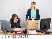 Купить «Сотрудница в офисе радостно держит вещи, рядом грустная коллега», фото № 22138713, снято 30 января 2016 г. (c) Иванов Алексей / Фотобанк Лори
