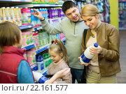 Купить «Family of four buying pasteurized milk together», фото № 22161577, снято 21 июля 2018 г. (c) Яков Филимонов / Фотобанк Лори