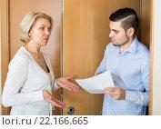 Купить «Collector and housewife near the door», фото № 22166665, снято 21 апреля 2019 г. (c) Яков Филимонов / Фотобанк Лори