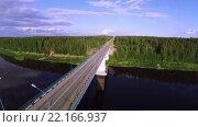 Легковой автомобиль проезжает по мосту через реку - Аэросъемка. Стоковое видео, видеограф Владимир Иванович Жилко / Фотобанк Лори