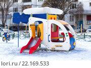 Домик для детской площадки «Вертолет» с горкой в подмосковном поселке (2016 год). Стоковое фото, фотограф Владимир Сергеев / Фотобанк Лори