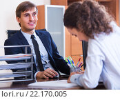 Купить «professional teaching new employee», фото № 22170005, снято 1 апреля 2020 г. (c) Яков Филимонов / Фотобанк Лори