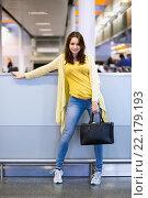 Купить «Привлекательная девушка с сумочкой в аэропорту», фото № 22179193, снято 4 сентября 2014 г. (c) Сергей Сухоруков / Фотобанк Лори