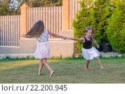 Купить «Две девочки играют в летнем парке», фото № 22200945, снято 9 августа 2014 г. (c) Дмитрий Травников / Фотобанк Лори