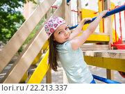 Купить «Девочка на детском городке», фото № 22213337, снято 14 июня 2015 г. (c) Ермилова Арина / Фотобанк Лори