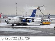 Противообледенительная обработка воздушного судна Ил-76 в аэропорту Шереметьево (2015 год). Редакционное фото, фотограф Sergey Kustov / Фотобанк Лори