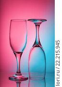 Два бокала для вина на фоне градиентного цвета. Стоковое фото, фотограф Алексей Мельников / Фотобанк Лори