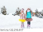 Маленькие счастливые девочки на коньках на открытом воздухе в зимний день. Стоковое фото, фотограф Дмитрий Травников / Фотобанк Лори