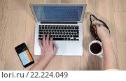 Купить «Женские руки работают на современном ноутбуке, сушки и чашка кофе, вид сверху», видеоролик № 22224049, снято 16 марта 2016 г. (c) Кекяляйнен Андрей / Фотобанк Лори