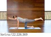 Купить «woman making yoga in balancing table pose on mat», фото № 22226369, снято 13 ноября 2015 г. (c) Syda Productions / Фотобанк Лори