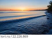 Купить «Поздний закат над рекой Волгой: прибой и волны у берега», фото № 22226869, снято 10 мая 2015 г. (c) Илья Бесхлебный / Фотобанк Лори