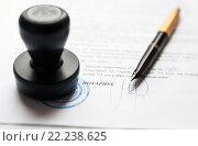 Купить «Оформление деловых бумаг у нотариуса», эксклюзивное фото № 22238625, снято 17 марта 2016 г. (c) Игорь Низов / Фотобанк Лори