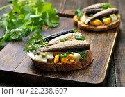 Бутерброд со шпротами, яйцом и зеленым луком. Стоковое фото, фотограф Надежда Нестерова / Фотобанк Лори