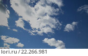 Облака плывут по яркому небу. Стоковое видео, видеограф Александр Рыбин / Фотобанк Лори