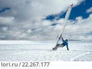 Спортсмен под парусом на снегу. Стоковое фото, фотограф Станислав Симонов / Фотобанк Лори