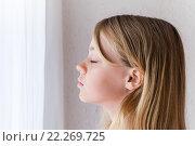 Купить «Портрет девочки, стоящей у окна с закрытыми глазами», фото № 22269725, снято 23 августа 2014 г. (c) EugeneSergeev / Фотобанк Лори