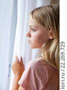 Купить «Вертикальный портрет девочки блондинки у окна», фото № 22269729, снято 23 августа 2014 г. (c) EugeneSergeev / Фотобанк Лори