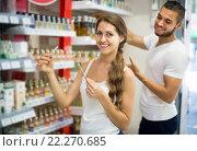 Купить «girl buying perfume in the shopping mall», фото № 22270685, снято 22 июня 2018 г. (c) Яков Филимонов / Фотобанк Лори