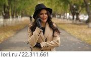 Купить «Молодая красивая женщина разговаривает по телефону в парке», видеоролик № 22311661, снято 14 октября 2015 г. (c) Виктор Аллин / Фотобанк Лори