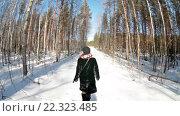Купить «Девушка идет по тропинке по зимнему лесу в солнечную погоду», видеоролик № 22323485, снято 21 марта 2016 г. (c) Кекяляйнен Андрей / Фотобанк Лори