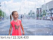 Купить «Радостная девочка в городском фонтане», фото № 22324433, снято 25 мая 2014 г. (c) Дмитрий Травников / Фотобанк Лори