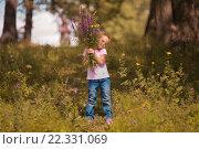 Девочка с букетом цветов в розовой футболке и джинсах. Стоковое фото, фотограф Павкина Зоя / Фотобанк Лори