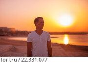 Мужчина стоит на берегу моря. Закат. Стоковое фото, фотограф Павкина Зоя / Фотобанк Лори