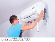 Мужчина устанавливает кондиционер. Стоковое фото, фотограф Myroslav Kuchynskyi / Фотобанк Лори