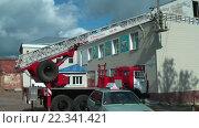 Купить «Строители реконструируют здание, пожарная машина», видеоролик № 22341421, снято 28 августа 2009 г. (c) Сергей Буторин / Фотобанк Лори