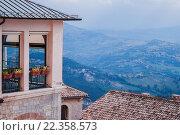 Прекрасный вид с высоты на город и горы, Европа. Стоковое фото, фотограф Иманова Ирина / Фотобанк Лори