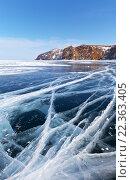 Купить «Байкал зимой. Уходящие к скалам линии ледовых трещин», фото № 22363405, снято 6 марта 2016 г. (c) Виктория Катьянова / Фотобанк Лори