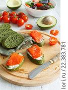 Крупный план бутерброда с красной рыбой и томаты черри. Стоковое фото, фотограф Козлова Анастасия / Фотобанк Лори