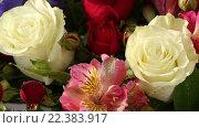Купить «Красивый букет роз, ирисов и альстремерии», видеоролик № 22383917, снято 10 февраля 2016 г. (c) Юлия Машкова / Фотобанк Лори