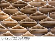 Купить «Пустые вешалки на складе», фото № 22384089, снято 28 марта 2016 г. (c) Наталья Окорокова / Фотобанк Лори