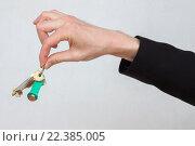 Мужская рука держит металлический ключ двумя пальцами. Стоковое фото, фотограф Алексей Попов / Фотобанк Лори