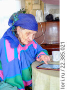 Пенсионерка с планшетом. Стоковое фото, фотограф Семенова Ольга Евгеньевна / Фотобанк Лори