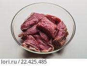 Купить «Сырая говядина в стеклянной миске», фото № 22425485, снято 15 ноября 2014 г. (c) Олег Жуков / Фотобанк Лори