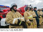 Купить «Пожарный расчет на фоне пожарных машин», фото № 22426881, снято 1 апреля 2016 г. (c) Игорь Малеев / Фотобанк Лори