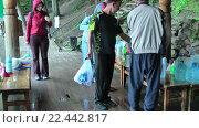 Купить «Люди набирают воду из святого источника», видеоролик № 22442817, снято 28 августа 2009 г. (c) Сергей Буторин / Фотобанк Лори
