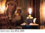 Свеча  с крестиком на фоне иконы. Стоковое фото, фотограф Евгений Талашов / Фотобанк Лори