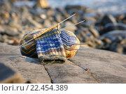Купить «Клубок и начатый носок на спицах лежат на камне», эксклюзивное фото № 22454389, снято 23 сентября 2010 г. (c) Dmitry29 / Фотобанк Лори