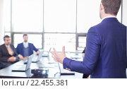 Купить «Успешный руководитель команды и владелец бизнеса проводит презентацию или тренинг в офисе», фото № 22455381, снято 21 марта 2019 г. (c) Matej Kastelic / Фотобанк Лори
