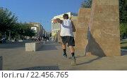 Free running with somersaults in the city. Стоковое видео, видеограф Данил Руденко / Фотобанк Лори