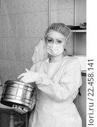 Монохромный портрет медицинской сестры в процедурном кабинете держит в руках стерилизационный бикс и смотрит в камеру, фото № 22458141, снято 27 марта 2016 г. (c) Эдуард Паравян / Фотобанк Лори