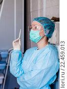 Портрет задумчивой медсестры с градусником в процедурном кабинете, фото № 22459013, снято 27 марта 2016 г. (c) Эдуард Паравян / Фотобанк Лори